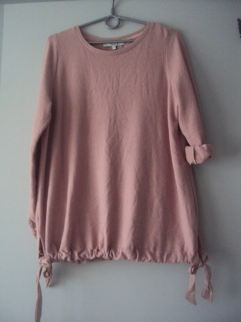 sweterkowa bluzeczka z wiazaniem na dole...