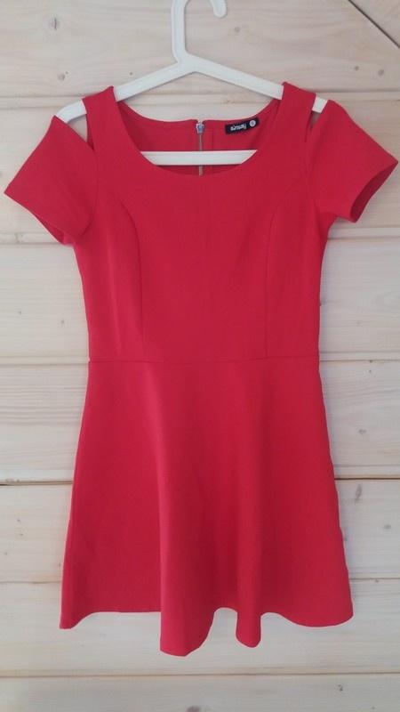 Czerwona rozkloszowana sukienka odkryte ramiona