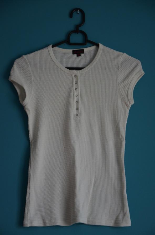 biała koszulka z guzikami