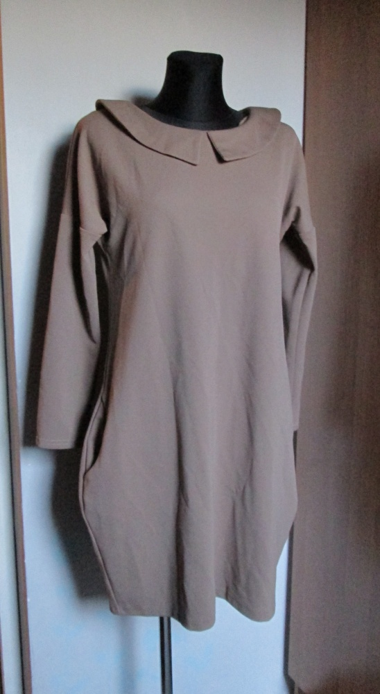 Luźna jasno brązowa sukienka z kołnierzykiem i kieszeniemi