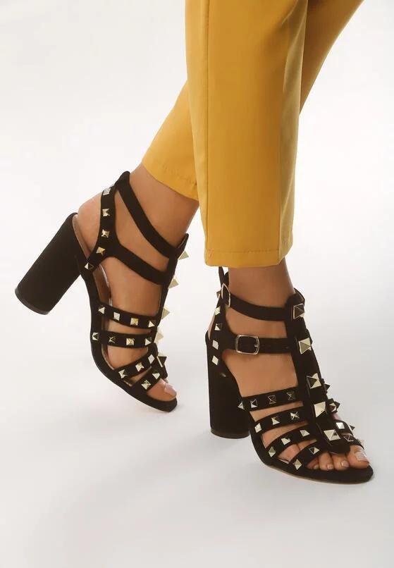 Czarne sandałki ze złotymi ćwiekami 39
