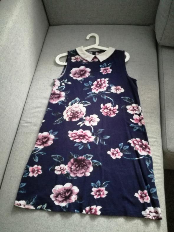 Granatowa sukienka w kwiaty