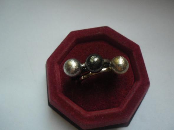 Ciekawy zestaw 3 pierścionków z kulkami