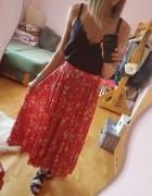 Czerwona spódnica w kwiaty...