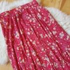 Czerwona spódnica w kwiaty