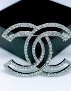 Elegancka delikatna broszka cc cyrkonie styl chanel srebrna...