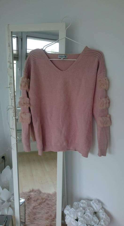 Różowy sweterek futro na rękawach