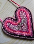 naszyjnik wyszywany koralikami różowe serce