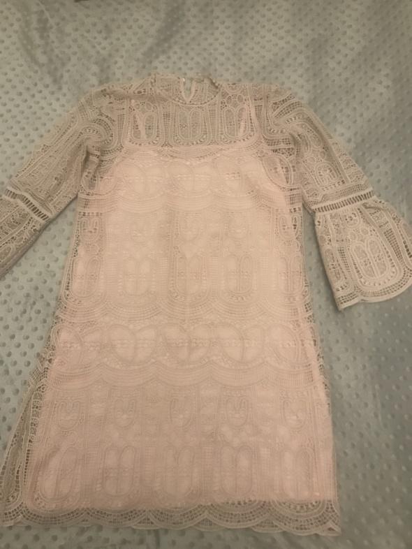 Sukienka z grubszej koronki...