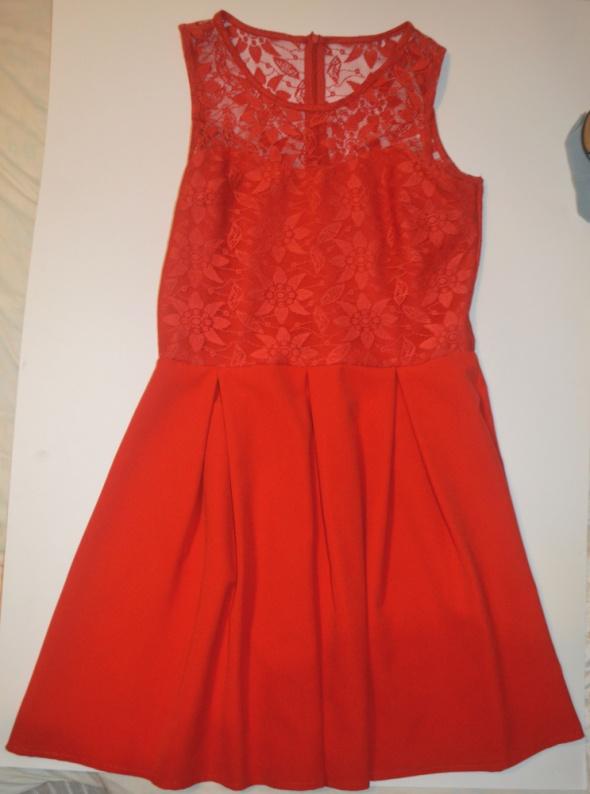 Sukienka czerwona z koronką