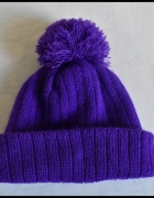 Fioletowa czapka z pomponem...