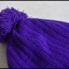 Fioletowa czapka z pomponem