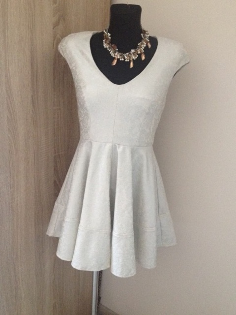 sukienka srebrna rozkloszowana