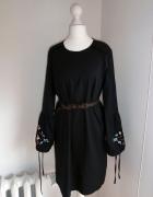 Sukienka z haftowanymi kawiatami AMISU S 36...
