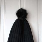 czarna wełniana czapka z pomponem h&m 80proc wełna
