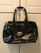 Czarna torebka ze złotymi dodatkami...