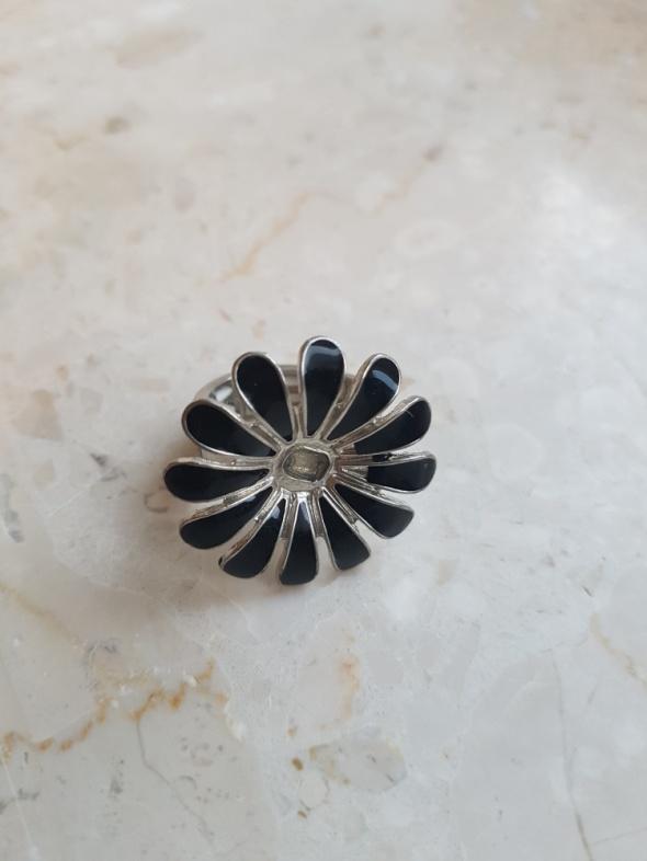 Pierścionek czarny kwiat NEXT na żyłce