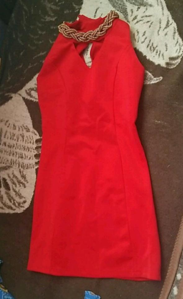 Piekna czerwona sukienka dopasowana