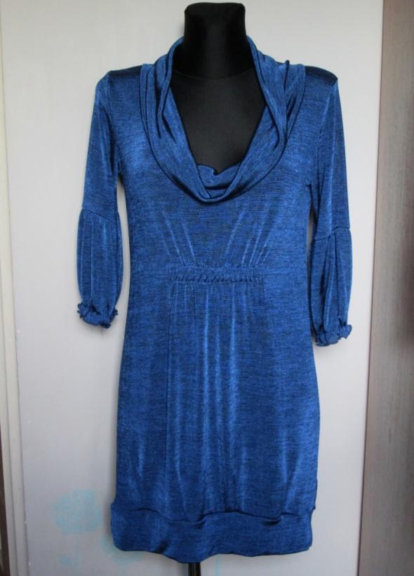 Wizytowa sukienka w ładnym niebieksim kolorze...