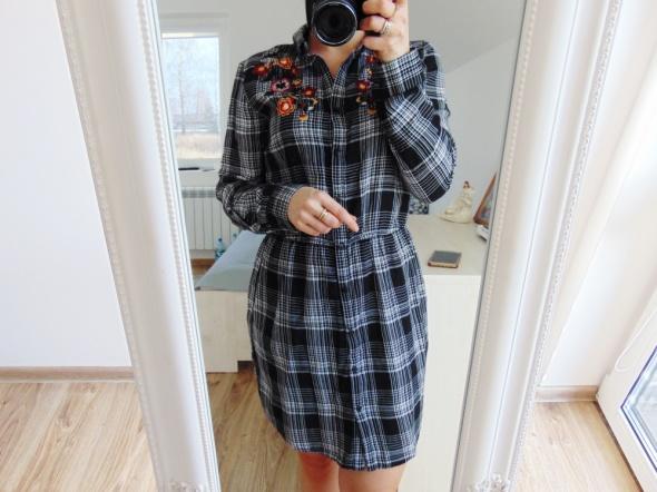 sukienka w kratę z haftem