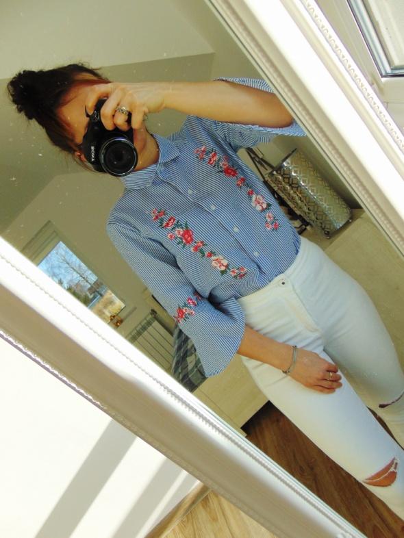 H&M błękitna bluzka z haftem