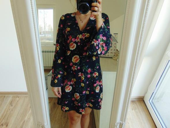 sukienka w kwiaty z falbaną wiązana z tyłu