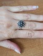srebrny pierścionek z kolcami