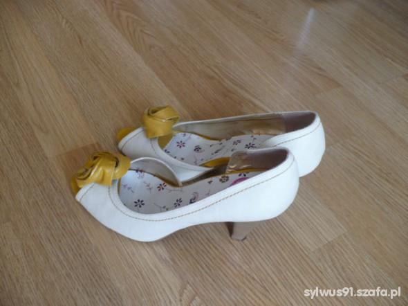 Śliczne bucikiz żółtym kwiatkiem 38...