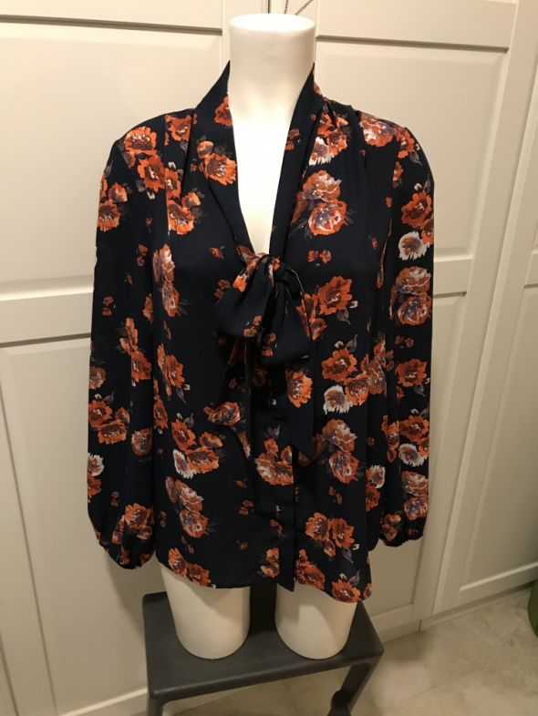 Bluzka w kwiaty wiązana z długim rękawem...
