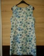 Niebieska sukienka w róże