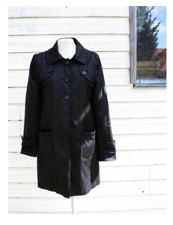 Czarny klasyczny płaszcz DKNY