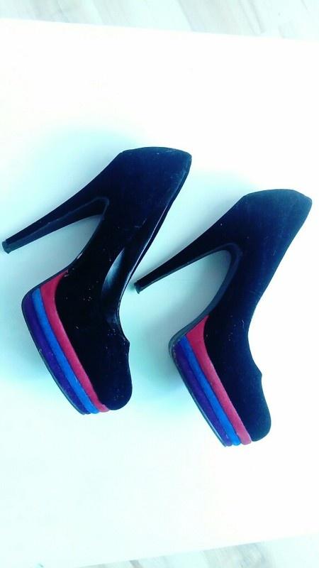 Zamszowe czarne buty z kolorowymi paskami 38...