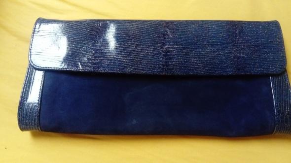 Niebieska błyszcząca kopertówka