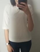 Elegancka biała bluzka z ozdobnym suwakiem