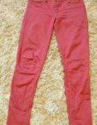 czerwone spodnie rurki...