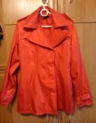 elegancki czerwony płaszczyk