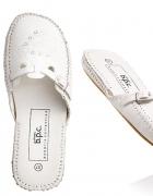 Białe buciki typu klapki...