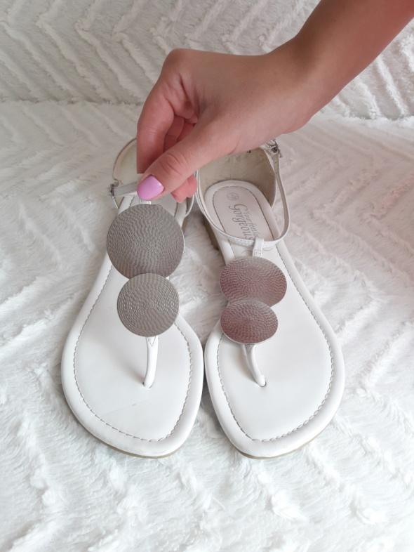 Sandały Białe sandałki ze srebrną aplikacją New Look