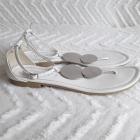 Białe sandałki ze srebrną aplikacją New Look