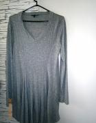 szary długi sweter z dzianiny...