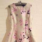 Piękna rozkloszowana elegancka sukienka w kwiaty Ax Paris szara
