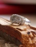 Srebrny pierścionek z cyrkoniami...