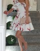 Sukienka Mosquito magnolie falbanka asymetryczny rękaw kremowa jasna kwiaty kwiatki
