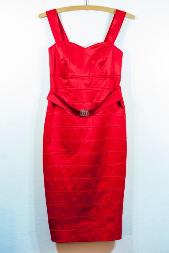 Czerwona satynowa sukienka