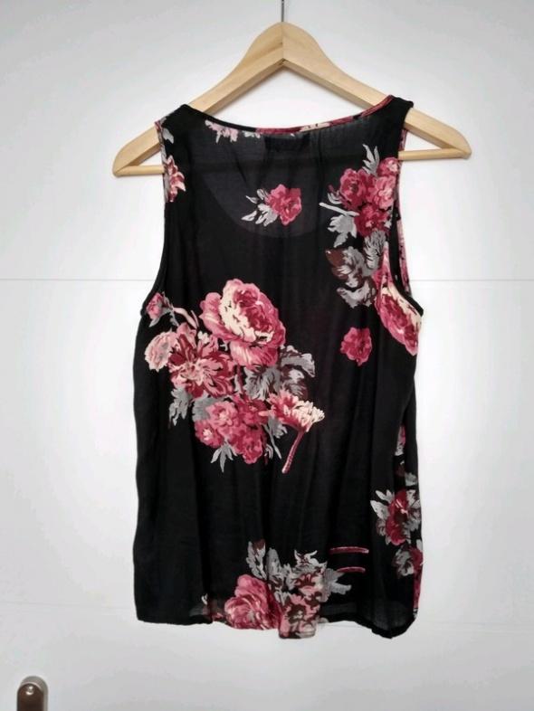 Czarna bluzka w kwiaty Vila