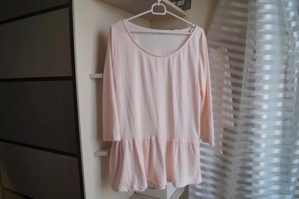 Bluzki Pudrowa bluzka z baskinką Cubus L