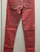 Różowe jeansy Bershka...
