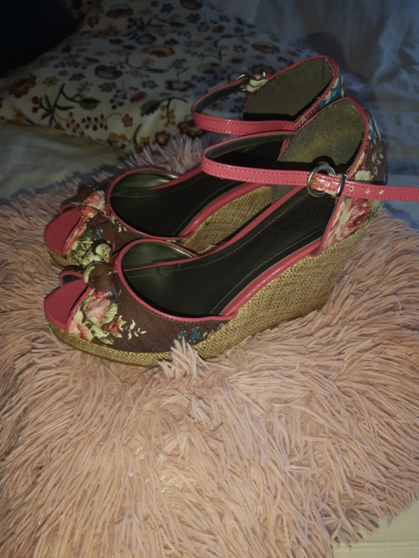 Sandałki na koturnie 37