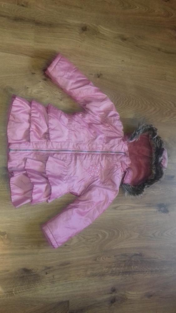 Różowa kurtka falbanki kaptur 116