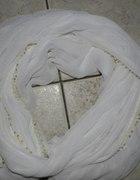biały szal mgiełka zdobiony kuleczkami